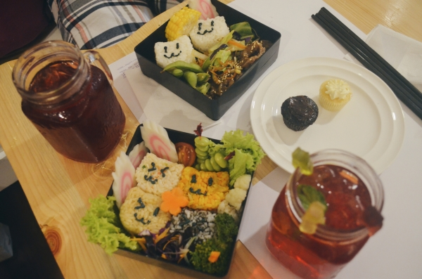 Our cute bento: Hibiscus Iced Tea, Beef Teriyaki, Gummybear Iced Tea, Onigiri Bento and cupcakes!